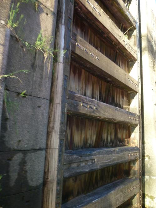 De laatste sluis, ZEVEN meter hoog met oude eiken sluisdeuren.
