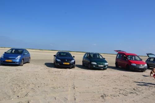 Twee Nederlandse, een Zweedse en een Duitse auto op een Deens strand: allemaal van één familie
