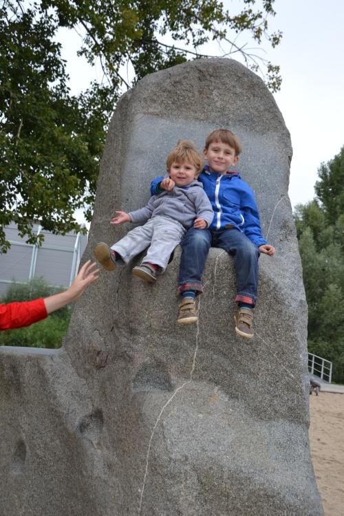 In het Zuiderpark, samen op de troon van Aslan