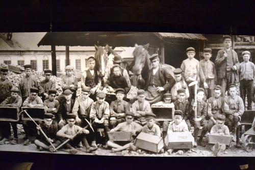 Dit is een foto van de twintiger jaren van de vorige eeuw. Zie je hoe jong sommige mijnwerkers zijn? De kinderarbeid is in 1918 in Nederland afgeschaft met het kinderwetje van van Houten, maar hier is de kinderarbeid veeeel later afgeschaft. Ik weet niet precies, maar na 1925 in ieder geval.