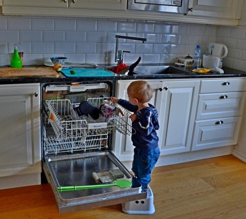 helpen met het uitruimen van de afwasmachine....