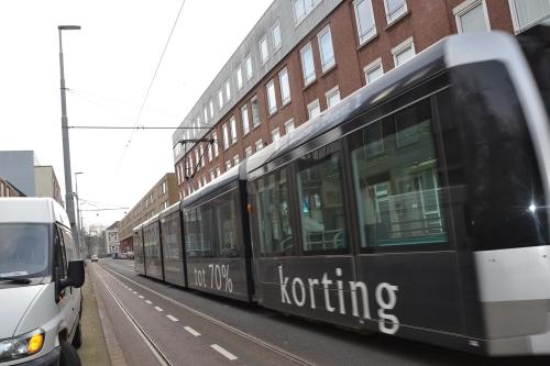 de tram rijdternoggewoon doorheen